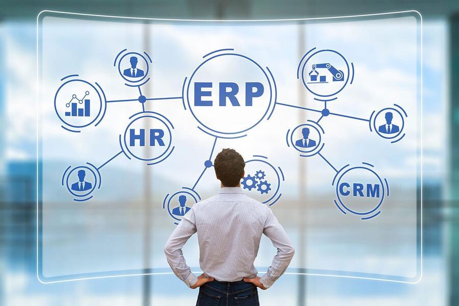 Manager blickt auf Systemskizze mit ERP, CRM, HR