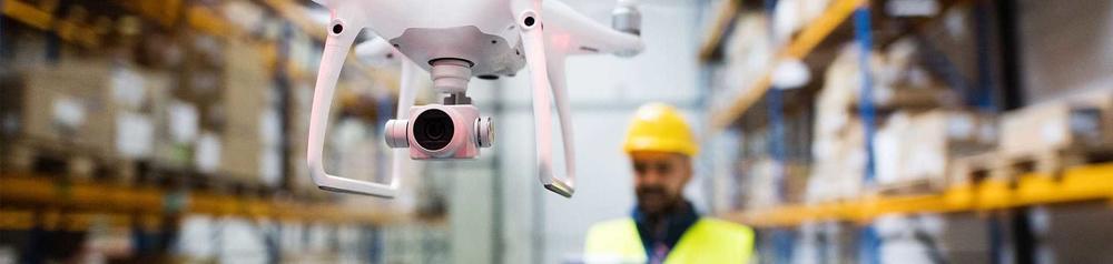 Eine Drohne in einem Lager