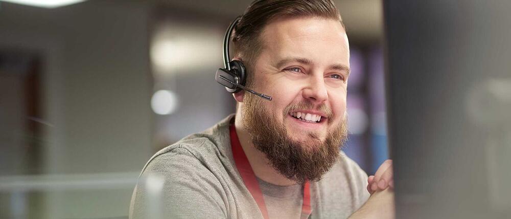 Ein Mann mit einem Headset liefert OXID Shopsoftware Service und Support.